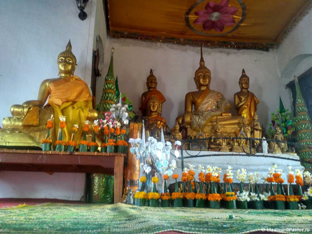 Altar buddijskogo hrama na vershine gory Phu Si v Luang Prabange. Laos 1024x768 - Храмы и Закаты на Храмовой Горе Пху Си (Phu Si Mount)