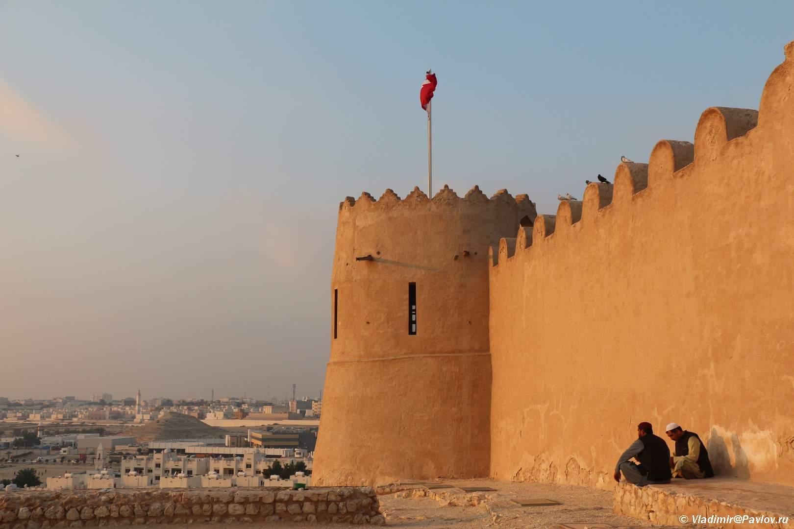 Bahrejntsy otdyhayut u Forta Salman bin Ahmet al Fateh v Er Rifa. Bahrejn. Sheikh Salman Bin Ahmed Al Fateh Fort Riffa - Достопримечательности Бахрейна. Что посмотреть в Бахрейне
