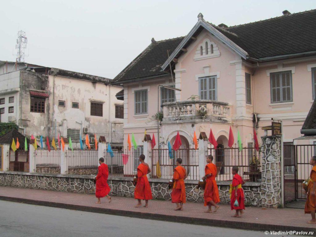Buddijskie monahi na ulitse Luang Prabanga. Laos. Laos. Luang Prabangh 1024x768 - Ритуал Подношения пищи монахам (Tak Bat). Лаос