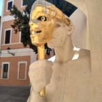 CHelovek s maskoj. Skulptura v Pezaro. Pesaro 150x150 - Урбино через Пезаро (Urbino via Pesaro). Путешествия по Италии.