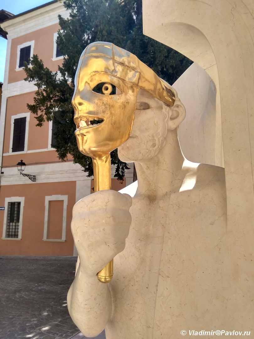 CHelovek s maskoj. Skulptura v Pezaro. Pesaro - Урбино через Пезаро (Urbino via Pesaro). Путешествия по Италии.