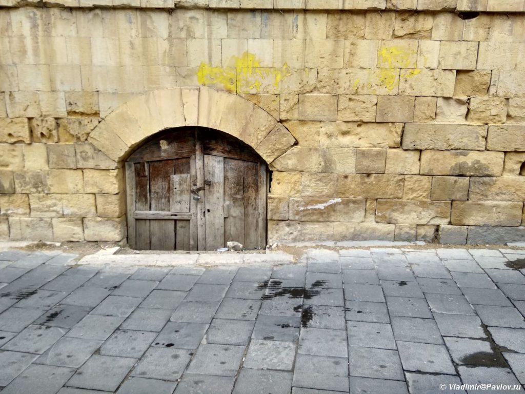 Derevyannaya dvertsa v stene. Es Salt As Salt Iordaniya 1024x768 - Двери и ворота - достопримечательности города Эс Салт в Иордании (As Salt)