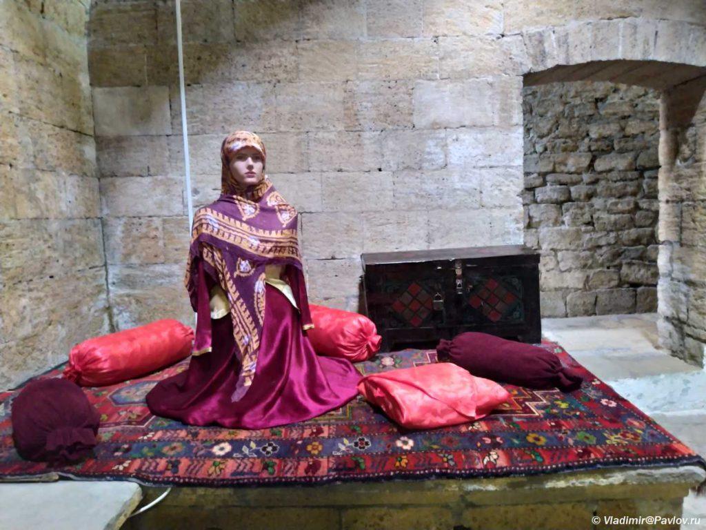 Devitsa v Devichih banyah. Derbent 1024x768 - Музей культуры и быта древнего Дербента. Девичья баня