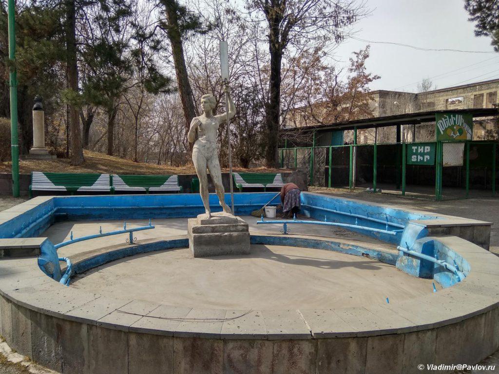 Devushka s veslom. Skulptura v gorodskom parke Gyumri. Armeniya 1024x768 - Гюмри, Армения. Гурджиев. Пончик-мончик. Экспресс. Аэропорт