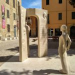Devushka. Skulptura v Pezaro. Pesaro 150x150 - Урбино через Пезаро (Urbino via Pesaro). Путешествия по Италии.