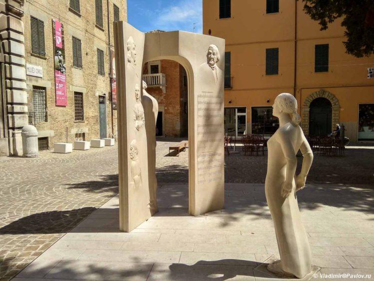 Devushka. Skulptura v Pezaro. Pesaro 750x563 - Везде Италия. Расширяем пляжный отдых в Римини самостоятельными экскурсиями