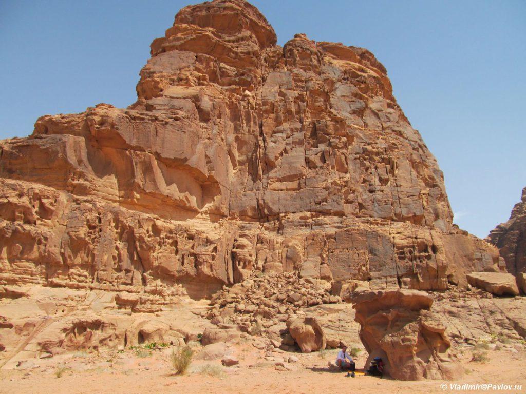 Dnem v pustyne vysokaya temperatura i my ustroili prival v teni bolshogo kamnya. Iordaniya. Pustynya Vadi Ram. Wadi Rum Jordan 1024x768 - Пустыня Вади Рам (Wadi Rum) самостоятельно и бесплатно. Иордания.