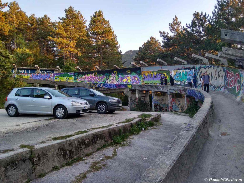 Do bobslejnoj trassy mozhno podnyatsya i na mashine. Saraevo. Bosniya i Gertsegovina Sarajevo 1024x768 - Спуск по бобслейной трассе в Сараево