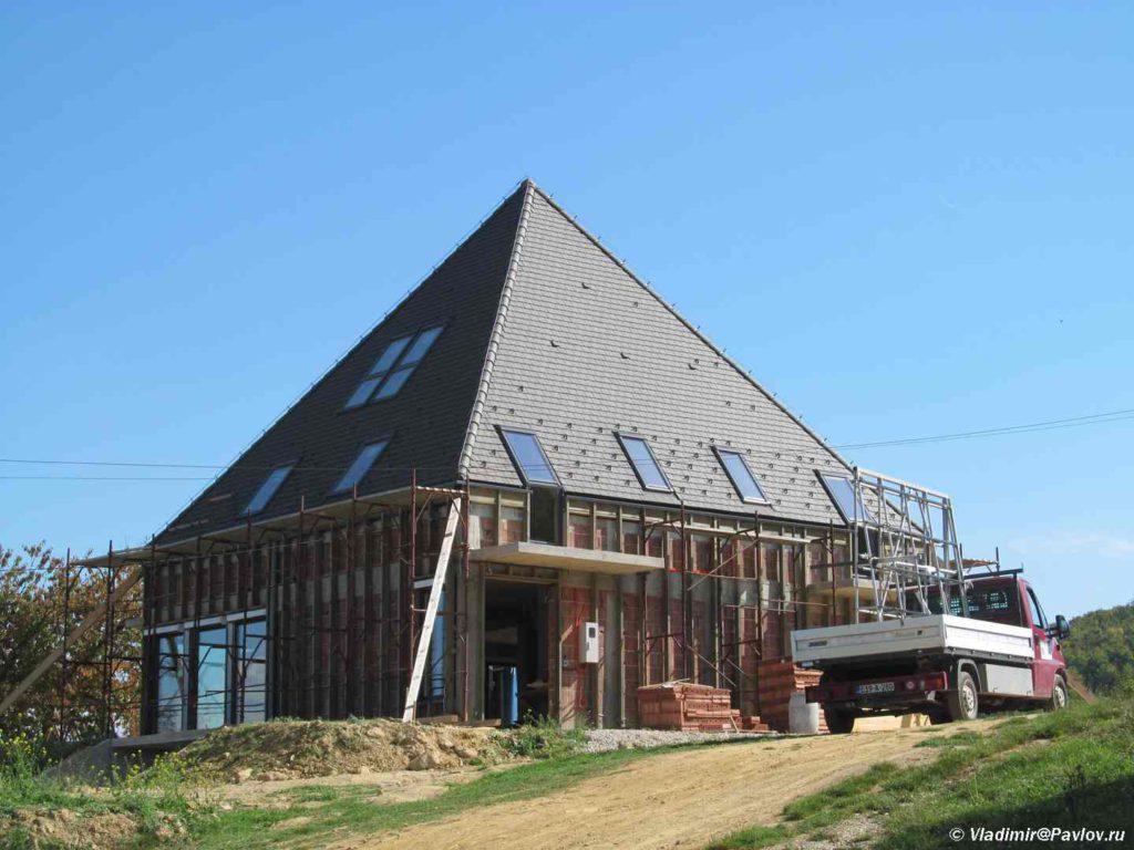 Dom v forme piramidy u piramidy Solntsa. Bosniya i Gertsegovina 1024x768 - На вершине пирамиды Солнца в Боснии