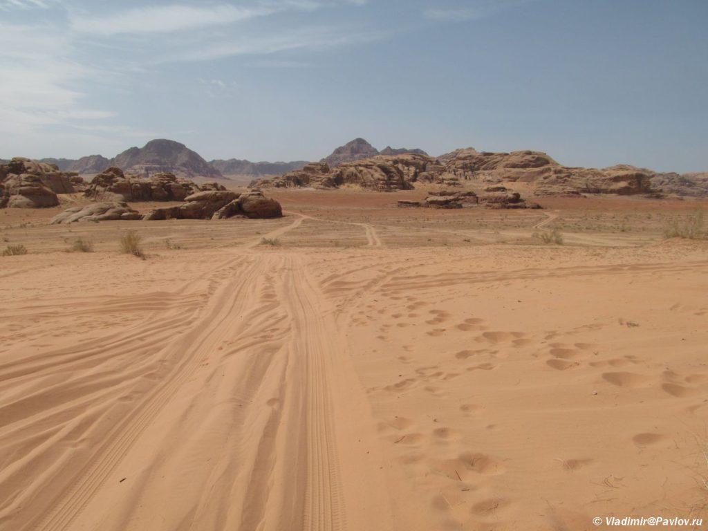 Doroga v pustyne eto nakatannaya koleya kotoruyu postoyanno zametaet peskom. Orientirovatsya ne prosto. Iordaniya. Wadi Rum Jordan 1024x768 - Пешком по пустыне Вади Рам (Wadi Rum tracking)