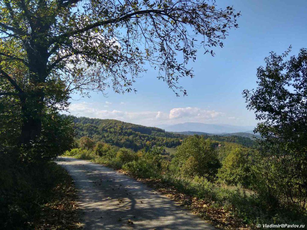 Doroga vokrug piramidy Solntsa v Visoko. Bosniya i Gertsegovina 1024x768 - Спуск с пирамиды Солнца по другой грани