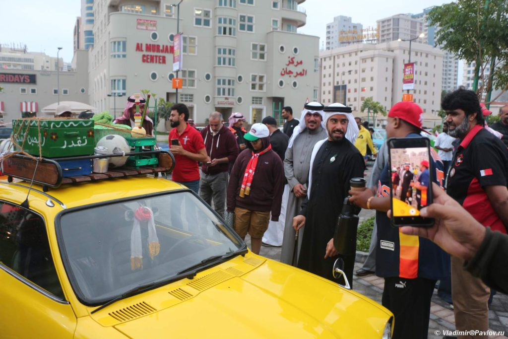 Dorogoj gost osmatrivaet ekspozitsiyu. Avtomobilnyj klub Bahrejn Klassik Kars. Bahrain Classic Cars Club 1024x683 - Его Высочество, племянник шейха Дубая.