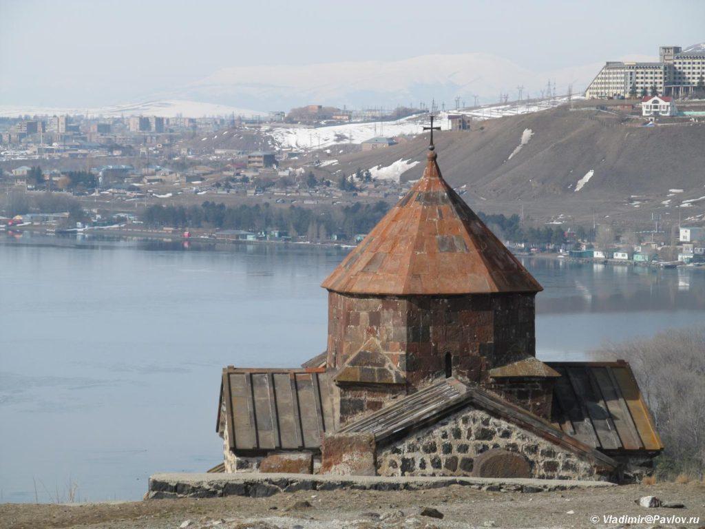 Dostoprimechatelnost Armenii monastyr Sevanavank na ozere Sevan. Armeniya 1024x768 - Озеро Севан (Sevan lake) в Армении