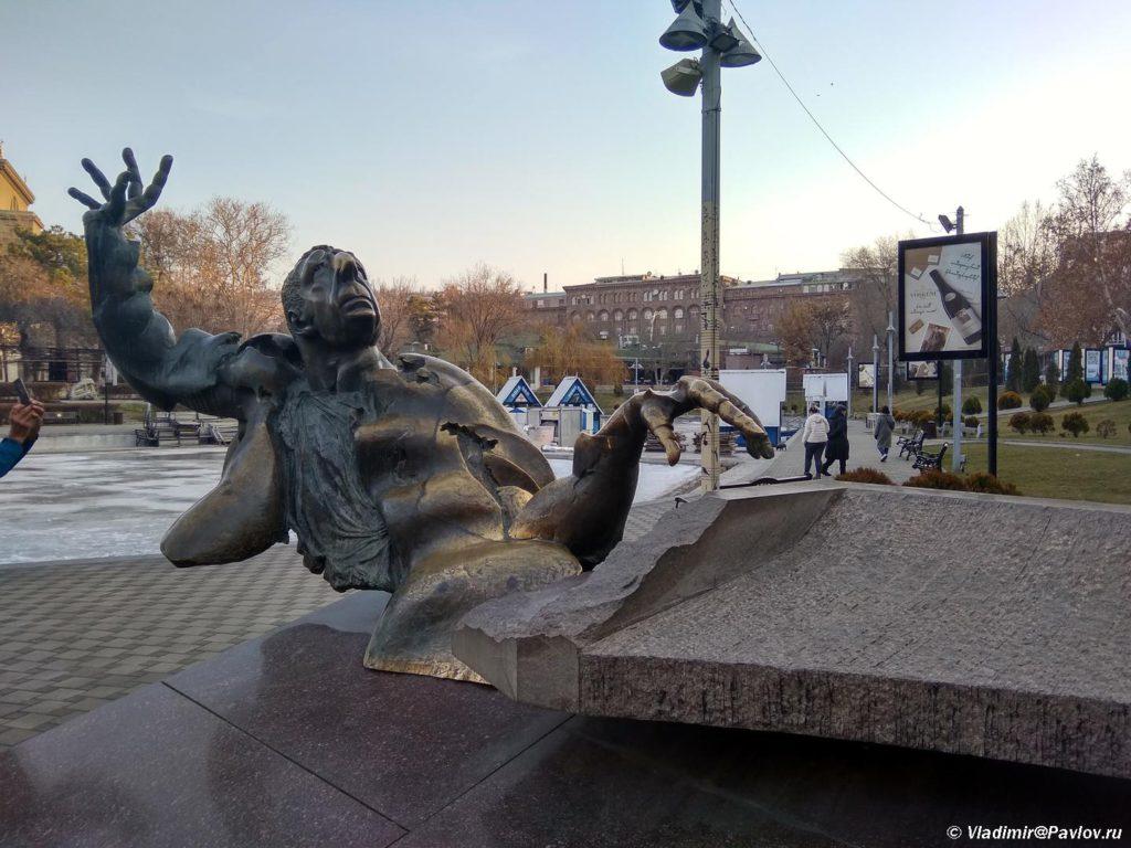 Dostoprimechatelnost Erevana. Skulptura pianista. Armeniya 1024x768 - Арарат и монастырь Хор Вирап (Khor Virap). Достопримечательности Армении