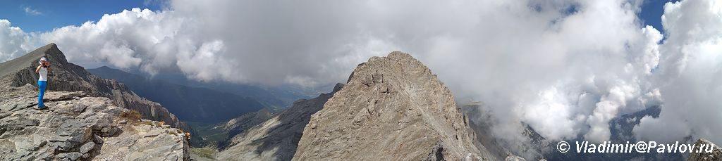 Dve vershiny Olimpa Mitikas Mytikas 2917 m i Skolio Skolio 2912 m na odnoj panorame 1024x229 - Три вершины Олимпа: Стефани (2905 м), Сколио (2912 м), Митикас (Mytikas, 2918 метров)