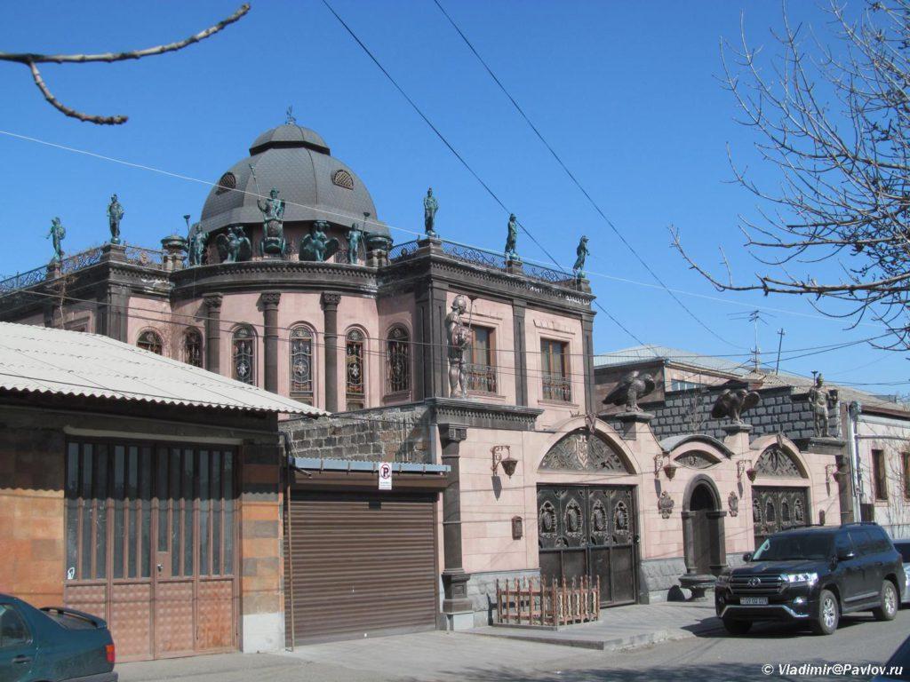 Echmiadzin dostoprimechatelnost Armenii. Dom basketbolista 1024x768 - Арарат и монастырь Хор Вирап (Khor Virap). Достопримечательности Армении
