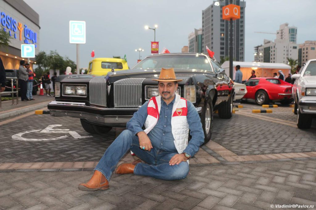 Etot kovboj odnogo goda rozhdeniya so svoej mashinoj. Na vystavke Avtomobilnogo kluba Bahrejn Klassik Kars. Bahrain Classic Cars Club. Manama 1024x683 - Автомобильный клуб Bahrain Classic Cars. Выставка к Национальному дню Бахрейна