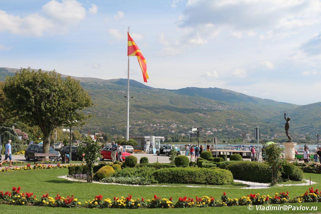 Fag Makedonii na naberezhnoj Ohrida 1024x682 - Жилье в Охриде. Охридское озеро, пляжи.