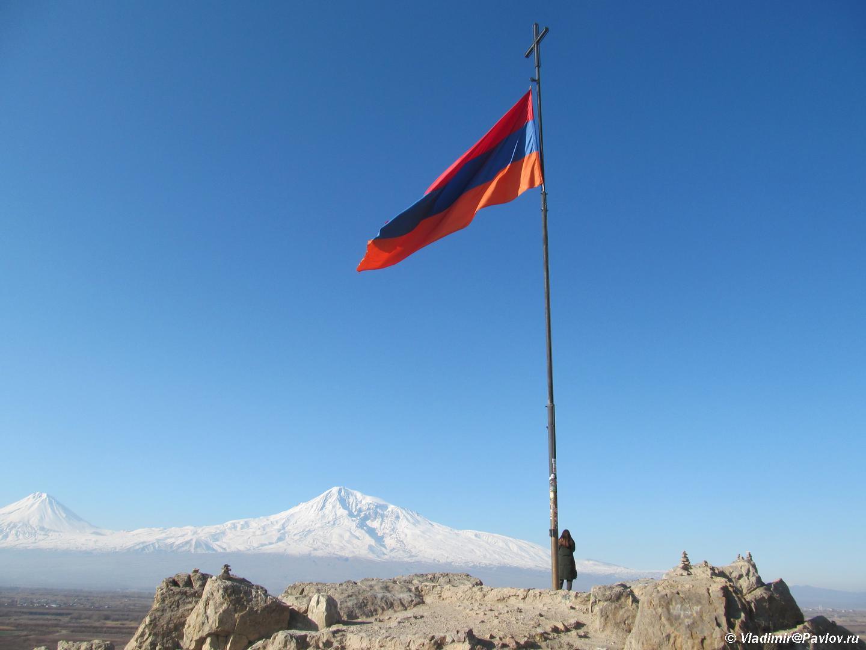Flag Armenii u monastyrya Hor Virap Khor Vipar na fone Ararata - Встреча весны в Армении