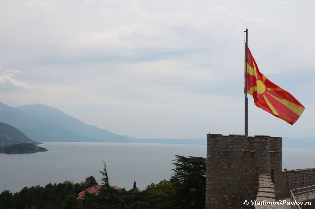Flag Makedonii nad krepostyu tsarya Samuila v Ohride 1024x682 - Крепость в Охриде. Машины марки Yugo. Пиперка.