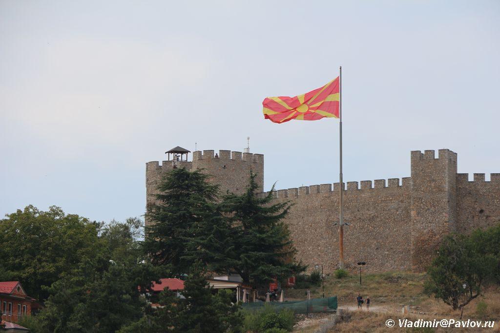 Flag razvevaetsya nad krepostyu tsarya Samuila v Ohride 1024x682 - Крепость в Охриде. Машины марки Yugo. Пиперка.
