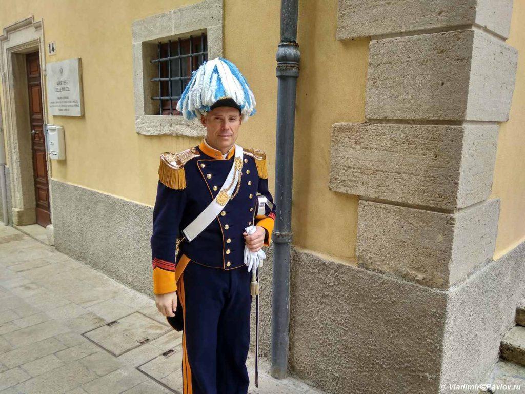 Gard ili pochetnyj karaul v San Marino. Golovnoj ubor tsveta natsionalnogo flaga 1024x768 - Республика Сан Марино. San Marino, Продолжение.