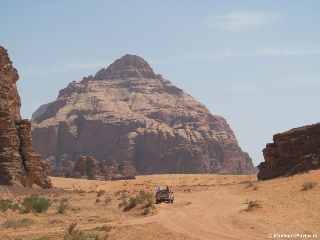 Gora v pustyne Vadi Ram napominayushhaya piramidu. Iordaniya. Wadi Rum Jordan 1024x768 - Пустыня Вади Рам (Wadi Rum) самостоятельно и бесплатно. Иордания.