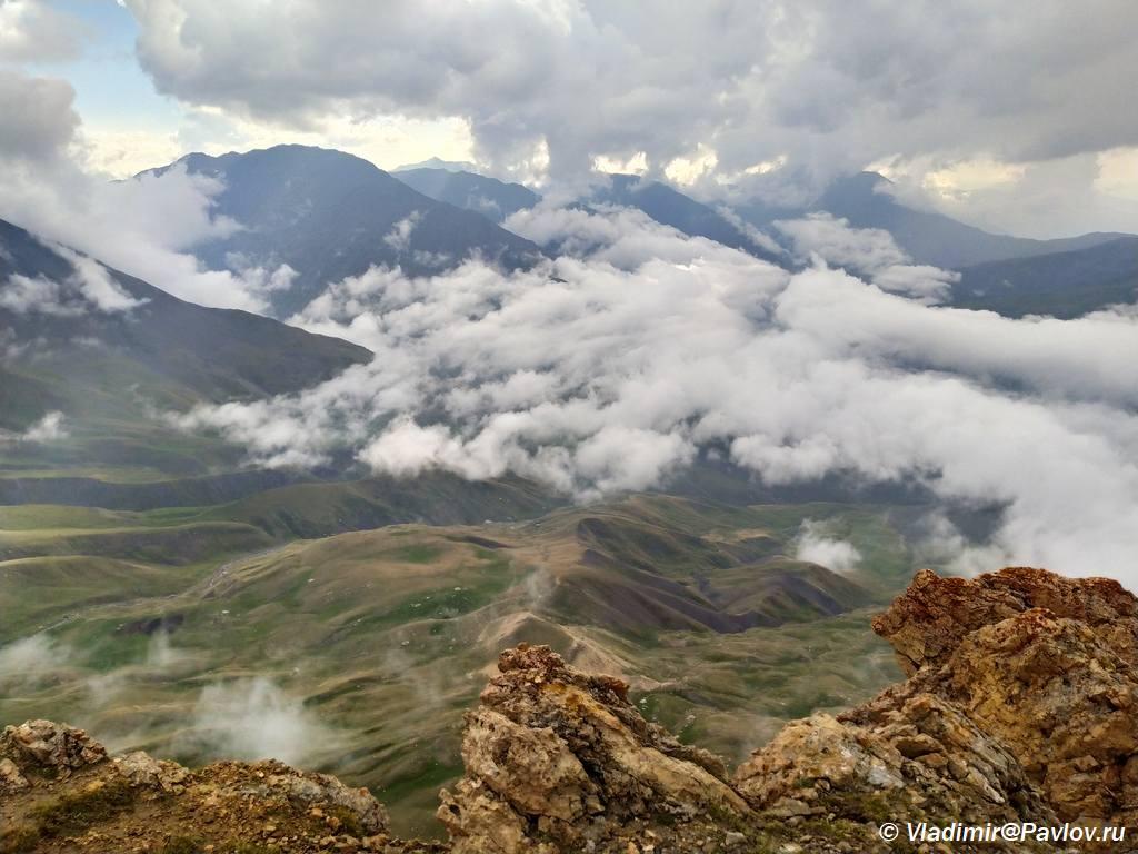 Gornoe selo Kurush vnizu pod oblakami - Горный Дагестан. Базардюзи, Ярыдаг, Шаблусдаг, Куруш