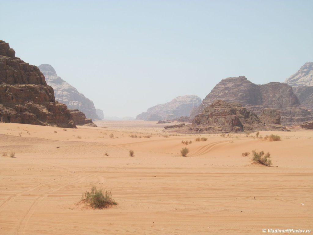 Gory v pustyne Vadi Ram raspolagayutsya gryadami. Iordaniya. Wadi Rum Jordan 1024x768 - Пешком по пустыне Вади Рам (Wadi Rum tracking)