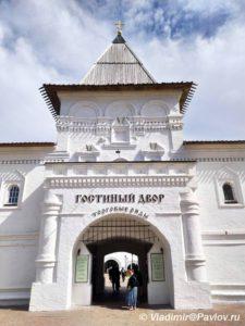 Gostinyj dvor. Vizit tsentr. Zakaz ekskursij v Tobolske 225x300 - Прогулка по Тобольскому кремлю