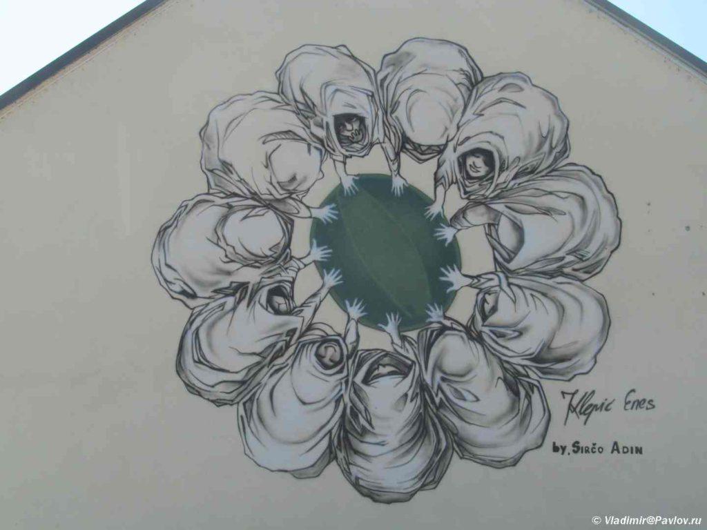 Graffiti v Visoko. Veroyatno pro basketbolnyj klub. Bosniya i Gertsegovina 1024x768 - Спуск с пирамиды Солнца по другой грани
