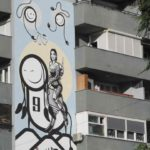 Graffitit na stene doma v Prishtine. Kosovo. Kosovo 150x150 - Достопримечательности Приштины. Балканский трэш. Pristine, Kosovo