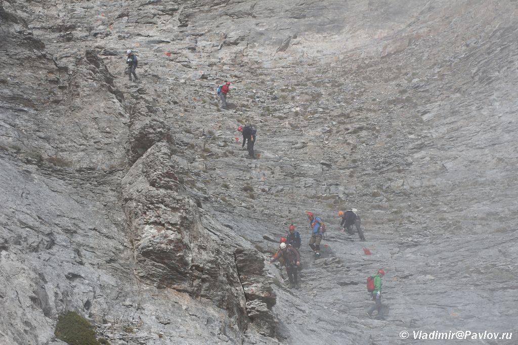 Gruppa turistov spuskaetsya s Olimpa. Nadvigaetsya oblako 1024x682 - Задержаться в гостях у Олимпийских Богов.