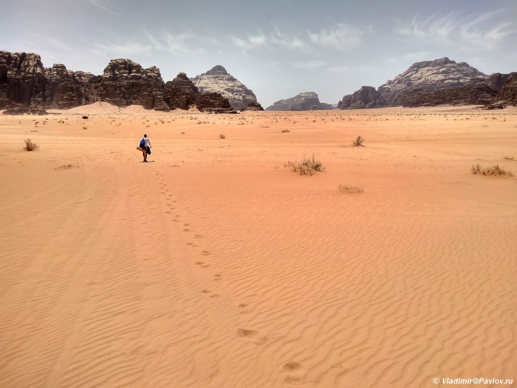 Idesh po pustyne a vokrug nikogo 1024x768 - Пустыня Вади Рам (Wadi Rum) самостоятельно и бесплатно. Иордания.
