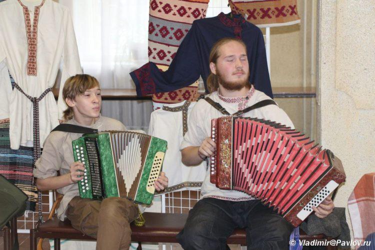 Igraj garmon Folklornyj prazdnik v Pskove 750x500 - Гармонисты. Выступления на гармони, народные традиции