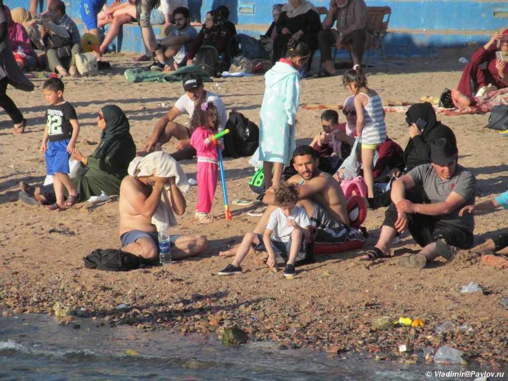 Iordanskie turisty na plyazhe v Akabe. Iordaniya. Aqaba. Jordan 1024x768 - Акаба (Al Aqabah). Иорданский курорт на Красном море.