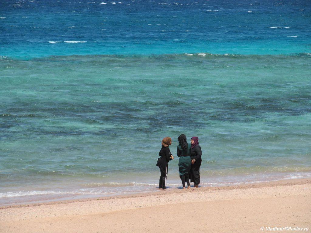 Iordanskie zhenshhiny kupayutsya v odezhde. Iordaniya. Aqaba. Jordan 1024x768 - Акаба (Al Aqabah). Иорданский курорт на Красном море.