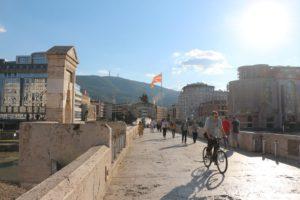 Kamennyj most soedinyayushhij dve chasti Skope 300x200 - Каменный мост, соединяющий две части Скопье
