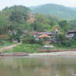 Krupnaya derevnya na beregu Mekonga i ee flot. Laos 150x150 - Круиз на лодке по Меконгу