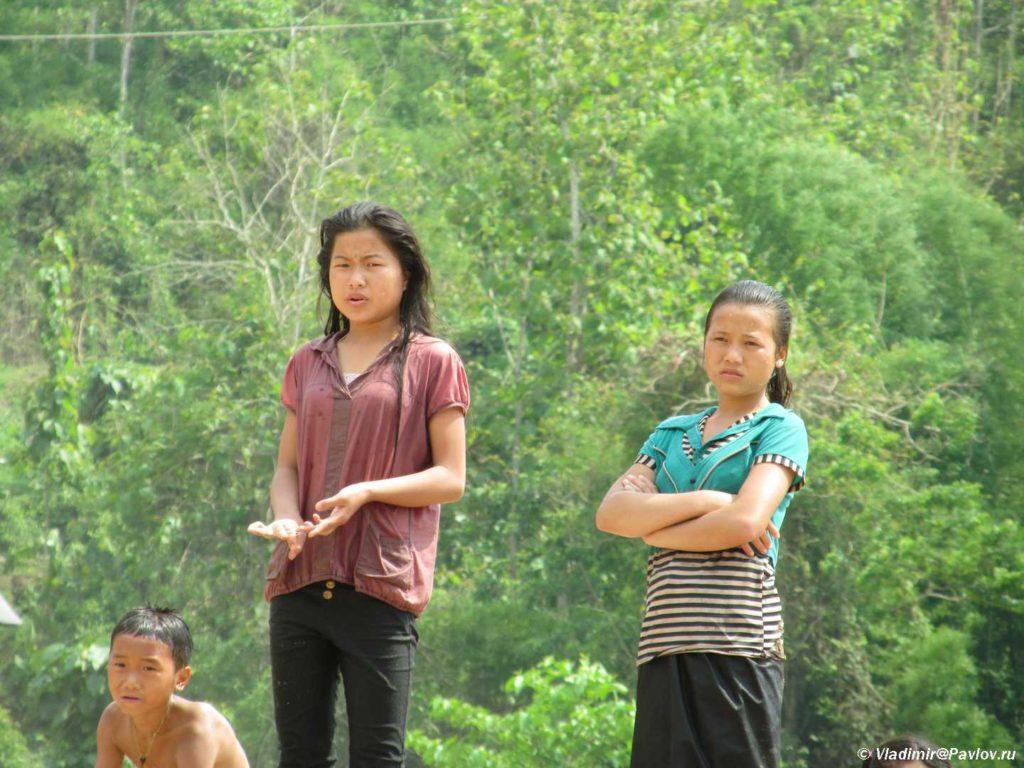 Kto eto k nam prichalil. Vstechayushhie na pristani. Mekong. Laos 1024x768 - Судоходство по Меконгу. Лаос