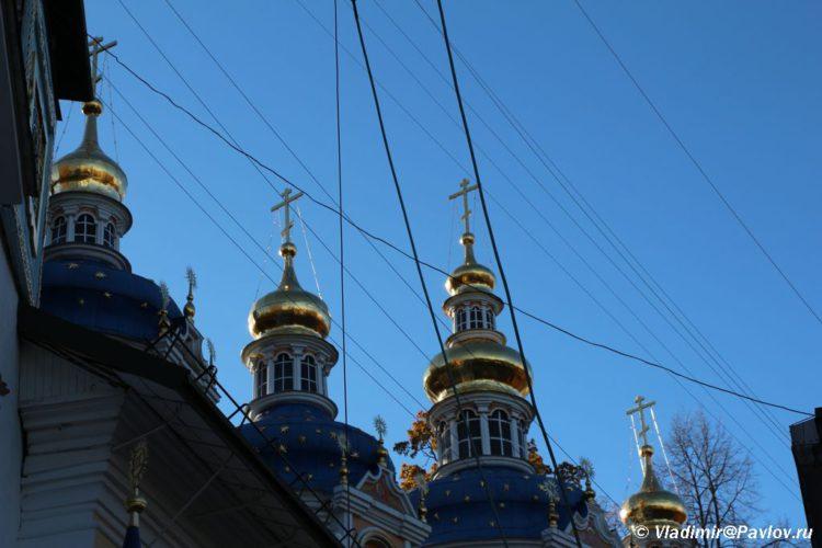 Kupola i trosy k kolokolam. Svyato uspenskij Pskovo pecherskij monastyr 750x500 - Служба в Печерском монастыре