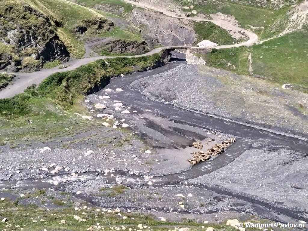 Kurush. Samoe vysokogornoe selo v Rossii i Evrope. Most cherez reku. Barany - Горный Дагестан. Базардюзи, Ярыдаг, Шаблусдаг, Куруш