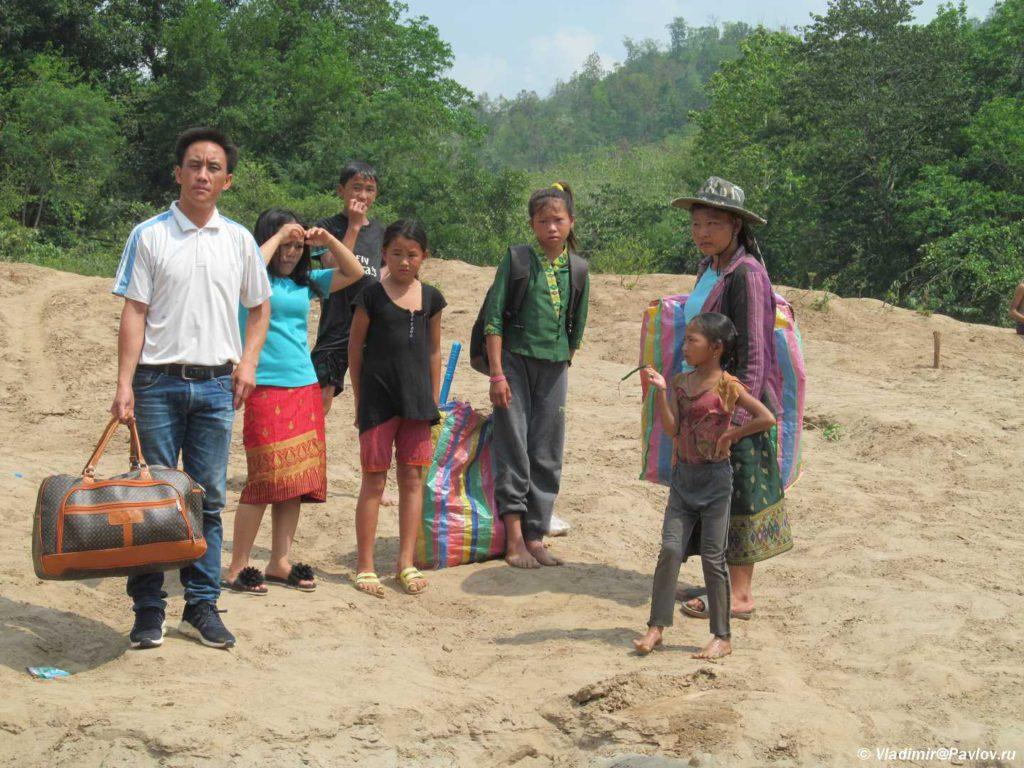 Laosskaya semya gotovitsya k plavaniyu. Mekong. Laos. Mekong cruise 1024x768 - Судоходство по Меконгу. Лаос