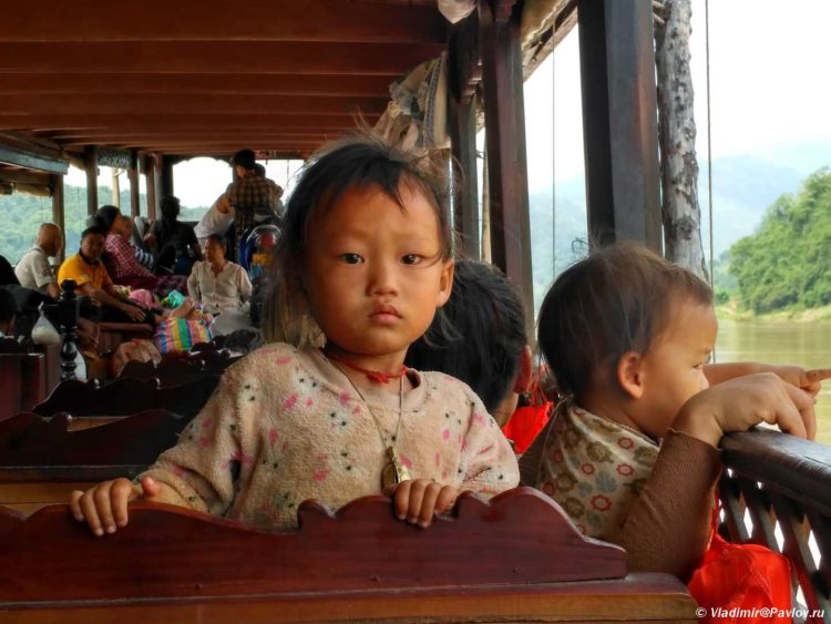 Laosskie deti na bortu lodki v kruize po Mekongu Slow bot. Laos 750x563 - Организация путешествия в Лаос