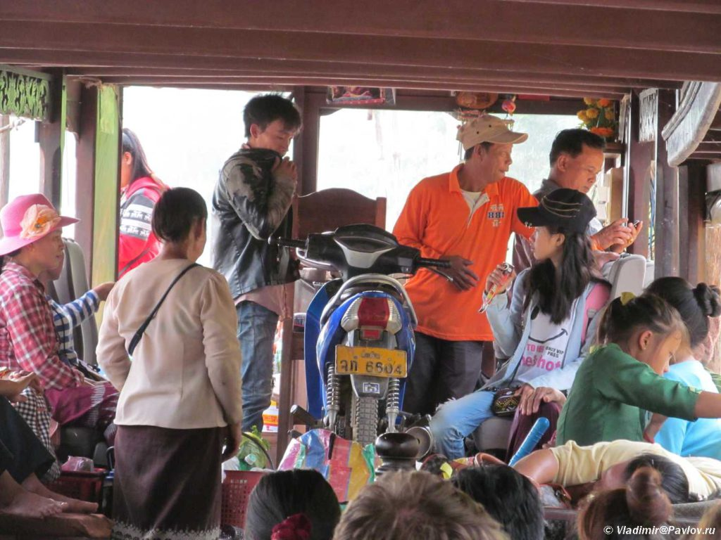 Laostsy. Passazhiry nashej lodki po Mekongu. Laos 1024x768 - Круиз на лодке по Меконгу