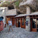 Lavki v pomeshheniyah vyrublennyh v skale. Bosniya i Gertsegovina Mostar 150x150 - Что показывают в Мостаре организованным туристам