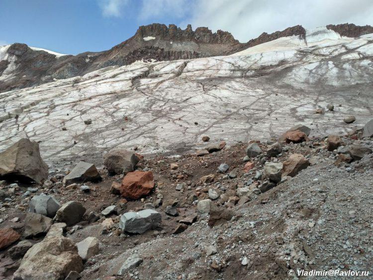 Lednik Gergeti izrezan bolshimi i malymi treshhinami 750x563 - Акклиматизация. Стена Хаума. Выход на ледник 4200. 13