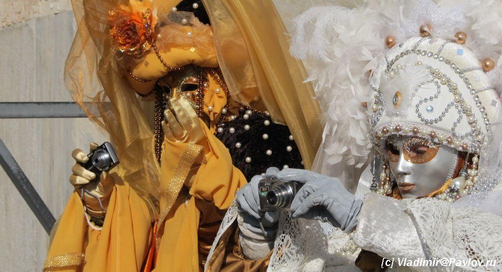 Maski parodiruyut fotografov - Карнавал в Венеции