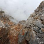 Mestami prihodilos spuskatsya po kamnyam v oblaka 150x150 - Три вершины Олимпа: Стефани (2905 м), Сколио (2912 м), Митикас (Mytikas, 2918 метров)