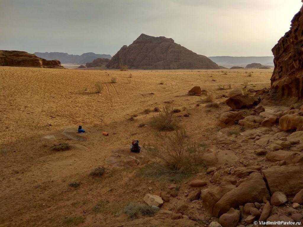 Mesto dlya palatki v pustyne bylo vybrano v nizine chtoby ne privlekat vnimaniya. Zapovednik Vadi Ram. Iordaniya. Pustynya Vadi Ram. Wadi Rum Jordan 1024x768 - Где и как ночевали в пустыне Вади Рам (Wadi Rum) в палатке. Иордания.